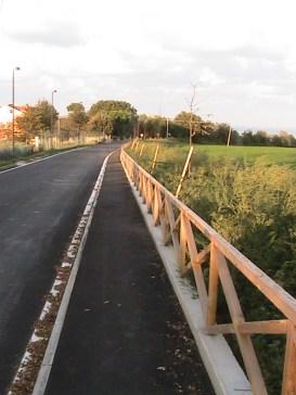 Il marciapiede del Burchio, costruito dalla 2P di Recanati, è largo 1m40 e lungo 890 metri.