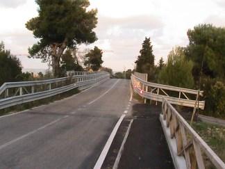Oggi il marciapiede del Burchio si ferma davanti al ponte sulla A14. Coneroblu chiederà ad Autostrade di poter costruire una camminata a sbalzo.