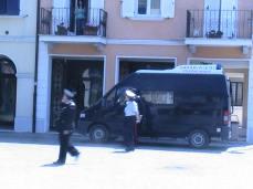 Intervengono i carabinieri.