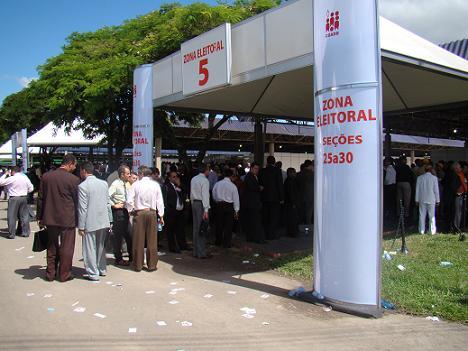 Um dos locais de votação ainda com fila