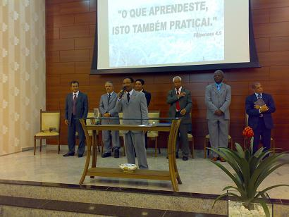 Ao microfone pastor Valcir, líder da igreja: detalhe e capricho na obra