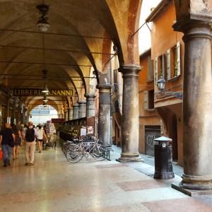 Passeggiando tra portici e antiche librerie