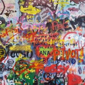 Un coloratissimo tratto del Muro di John Lennon