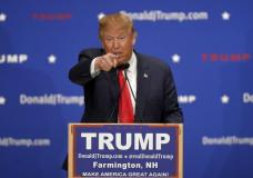 U.S. Republican presidential candidate Donald Trump addresses the crowd at a campaign rally in Farmington, New Hampshire January 25, 2016.      REUTERS/Gretchen Ertl