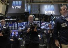 Traders work on the floor of the New York Stock Exchange January 13, 2016. REUTERS/Brendan McDermid