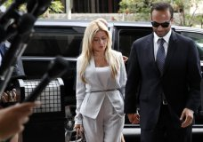 Former Donald Trump presidential campaign foreign policy adviser George Papadopoulos, right, who pleaded guilty to one count of making false statements to the FBI during the agency's Russia probe, holds hands with his wife Simona Mangiante, as they arrive at federal court for sentencing, Friday, Sept. 7, 2018, in Washington. (AP Photo/Jacquelyn Martin)