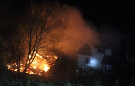 Uthuset brant ned til grunnen mens hovedhuset fikk store skader etter brannen