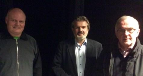 Rådmann Arne Ketil Auran flankert av Geir Hellan og Guttorm Haugan fra NTE