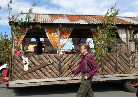 Kim Rune Berg Hovdal i tidsriktig Vømmølbekledning ved sida av doningen fra Frosta
