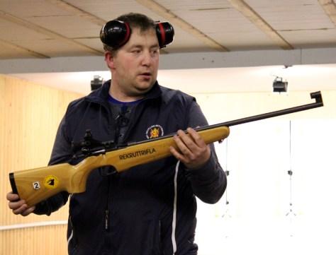 Bjørnar Ulvik veileder i våpenbruk under Skyteskolen i vinter