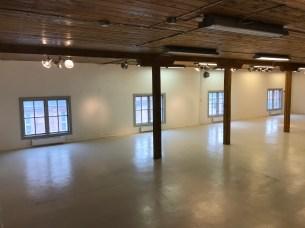 Övervåningen andra rum har mindre fönster än snickeriet.