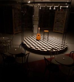 Mitt inne i ölburksutställningen ligger en scen. En perfekt inramning till en pubafton.