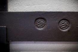 De sista stångjärnen som tillverkades i Frövifors finns uppsatta nere i museets entré.