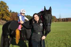 Miriam mit Tochter und Pferd