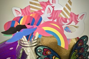 How to make a DIY unicorn birthday party photo wall with these simple instructions and free printable props.