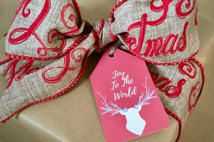 Christmas gift wrapped with rustic gift tag - Rustic Chic Gift Wrapping On A Shoestring Budget And Printable Gift Tags