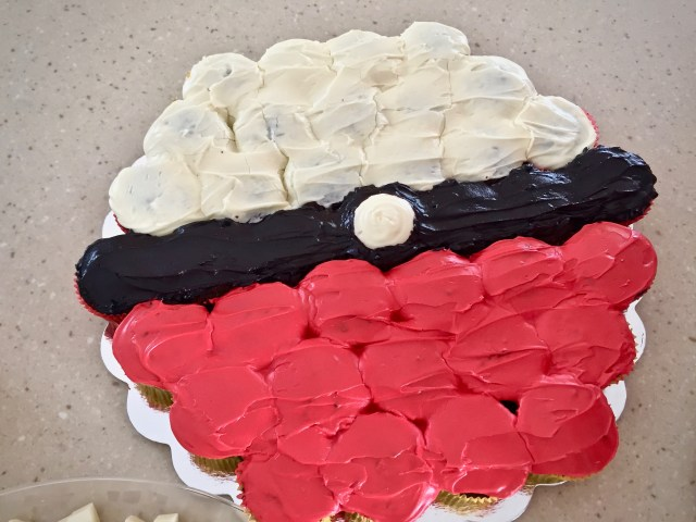 Pokeball pull apart cupcake cake - Pokemon Party Ideas & Printables