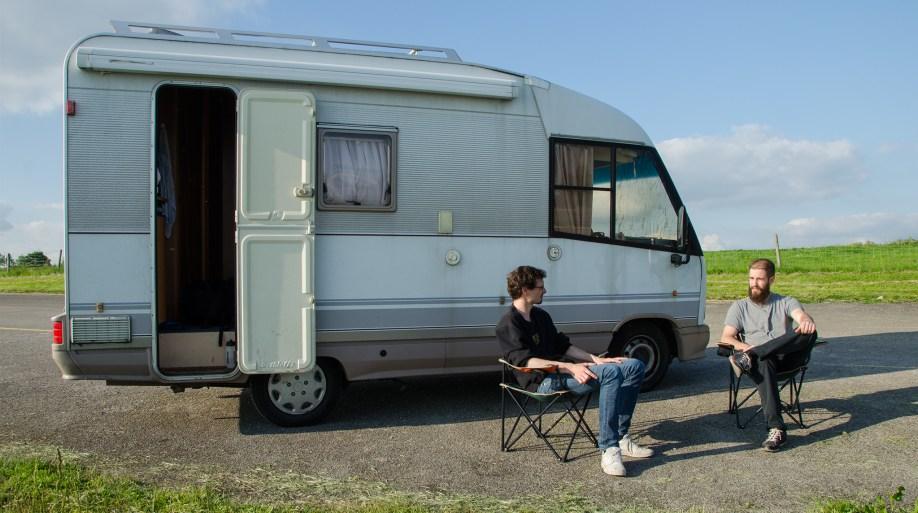 Felix und Oliver mit Wohnmobil