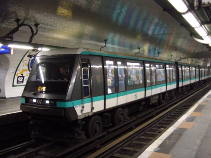 Metro_Paris_-_Ligne_1_-_Pont_de_Neuilly_(8)