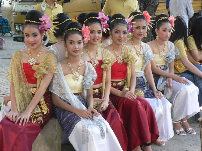 Thai Girls in Traditional Clothing
