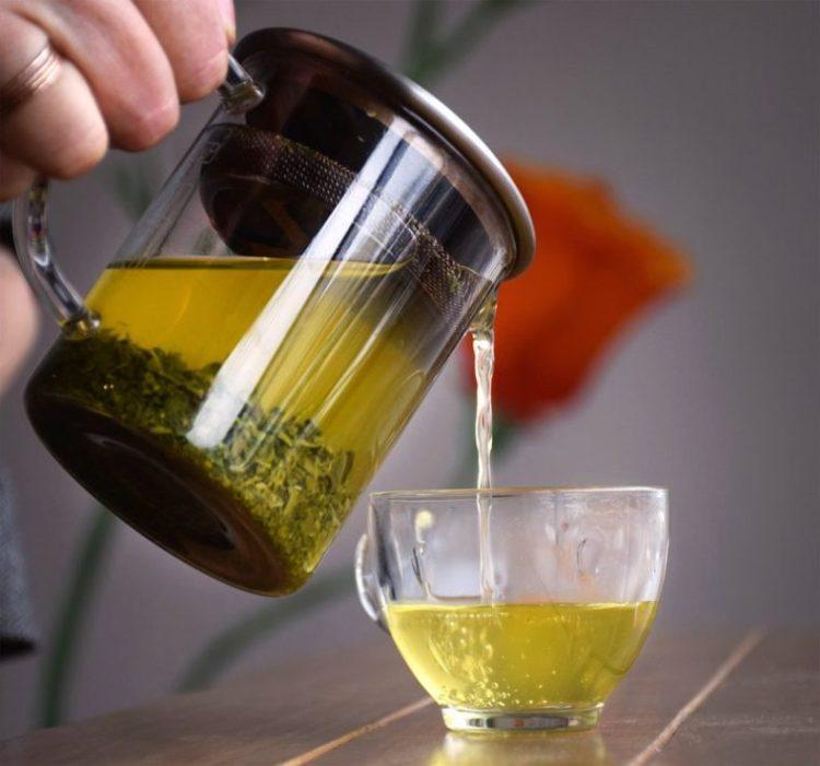В чай из шалфея так же можно добавлять немного мёда