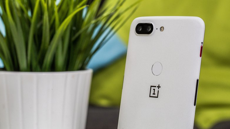 AndroidPIT oneplus 5t sandstone backcloseup