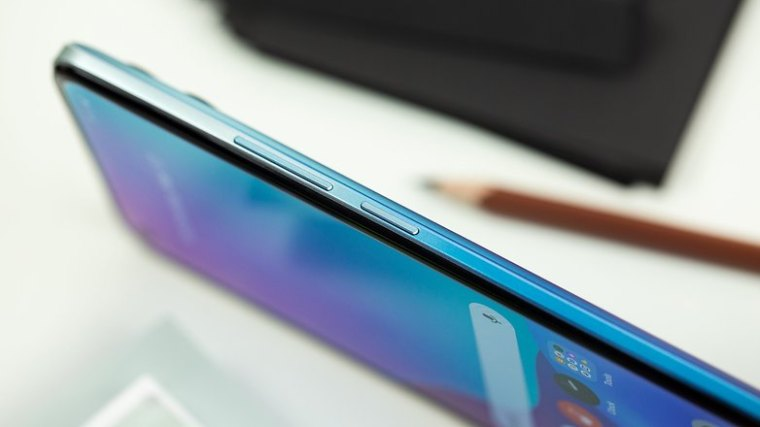 NextPit Realme 8 Pro side