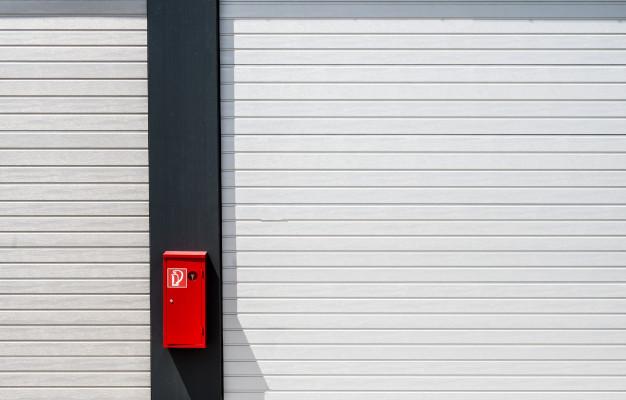 boite-feu-rouge-accrochee-surface-noir-blanc-lignes_181624-5970
