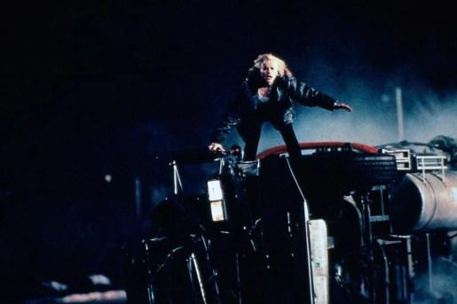 Una scena dal film Spy dove Geena Davis sta per eseguire un salto ad alto rischio