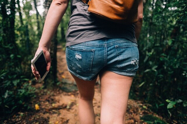 歩く女性お尻