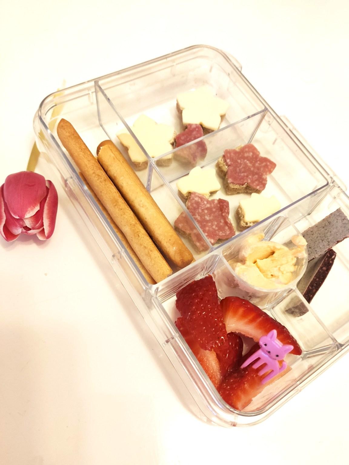 Brotdose mit Spundekäs, Erdbeeren und Knabberstangen