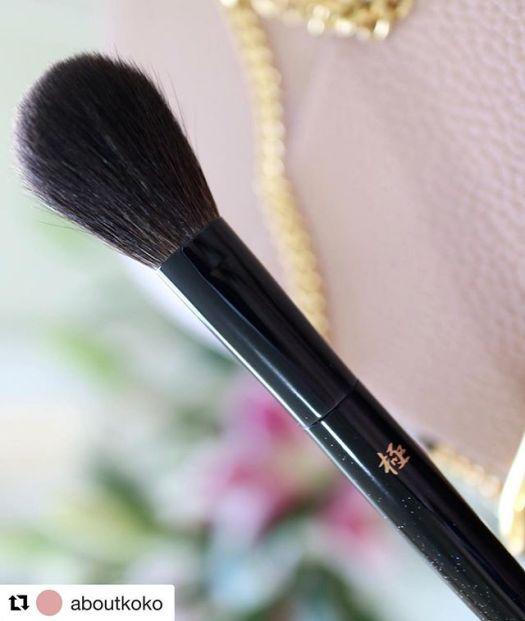 #Repost @aboutkoko (@get_repost)・・・🖌 kyureido KK-002I tend to reach for this blush brush when working with highly pigmented blushes, it's super soft! ⠀⠀⠀⠀⠀⠀⠀⠀⠀⠀⠀⠀⠀⠀⠀⠀⠀첫 큐레이도 브러쉬🤗 슷쿠 브러쉬 제조사라는 소문이 있던데.. 비슷하긴 한 것 같다. 엄청 부드럽고, 모가 빽빽하지 않은 편이라, 발색이 좋은 블러셔들과 써주면 수채화스럽게(?) 표현돼서 애정하는 브러쉬🏻♀️⠀⠀⠀⠀⠀⠀⠀お気に入りのチークブラシ!買ってよかった⠀⠀⠀⠀⠀⠀⠀⠀⠀⠀⠀⠀⠀⠀⠀⠀#makeup #brush #fude #kyureido #blush #motd #kumanofude #kumano #japanese #flowers #브러쉬 #블러셔 #일본 #코덕 #덕후 #뷰티스타그램 #뷰티 #일상 #쿠마노 #뉴욕 #ブラシ #お気に入り #熊野 #熊野筆 #コスメ #チーク