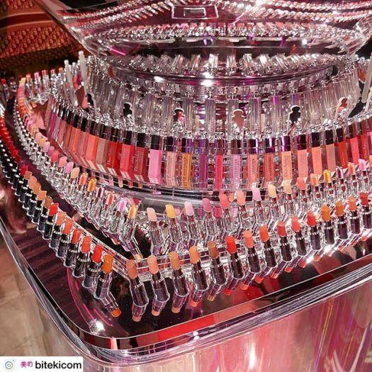 #Dior Lipstick ディオールの新リップスティック「ディオール アディクト ステラー シャイン」の発売を記念したイベント「アディクト シティ」が2019年4月3日(水)~7日(日)、渋谷にて開催されます。・「ディオール アディクト ステラー シャイン(全27色/限定色含む 各¥4,000税抜・4月19日発売)」は、ツヤと煌めくような発色、そして潤いに満たされるバーム テクスチャーが特長の新リップスティック。シアーでありながら発色がよく、5種類の美容オイルによる抜群の使い心地とともに、幅広いシーンで活躍してくれそう。・イベント会場は、そんな新リップのコンセプトでもある「BE DIOR BE PINK.」にちなみ、ピンクに染まったニューヨークの街をイメージした、ハッピー感あふれるおしゃれな空間に。中では、「ディオール アディクト ステラー シャイン」をいち早くお試し、購入できる他、このイベントでしか手に入らないピンクの限定色も登場!その他、ディオールの豪華なプレゼントが当たるかもしれないゲームや、メイクアップアーティストによるタッチアップ、まるでニューヨークにきたかのような空間で撮影できるフォトブースなど、様々なコンテンツで「ディオール アディクト ステラー シャイン」を体感できます。さらに、4月3日(水)、4日(木)の2日間でイベントにて「ディオール アディクト ステラー シャイン」を購入した方の中から抽選で、人気俳優・吉沢亮さんのトークショーに参加できるチャンスも!(詳しくは公式HPにてご確認ください。)ディオールならではの豪華なイベント、ぜひ足を運んでみて!・【イベント情報】アディクト シティ日程:2019年4月3日(水)~7日(日)11:00~20:00 ※3日、4日のみ19:00まで場所:hotel koé tokyo(東京都渋谷区宇田川町3-7)#ディオール#Dior#DIORADDICT#ディオールアディクトステラーシャイン#リップ#ルージュ#渋谷#イベント#メイク#メイクアップ#コスメ#ディオールアディクト#BEDIORBEPINK @DIORMAKEUP