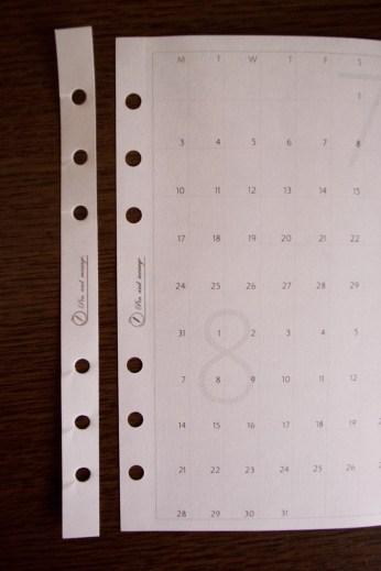 残った端紙をカレンダー補強に
