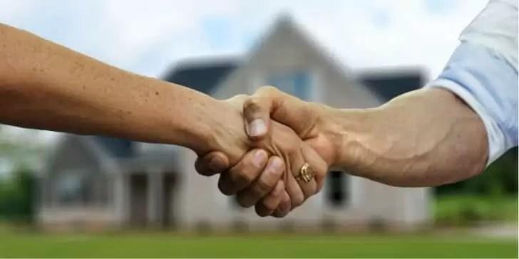古家の前で握手