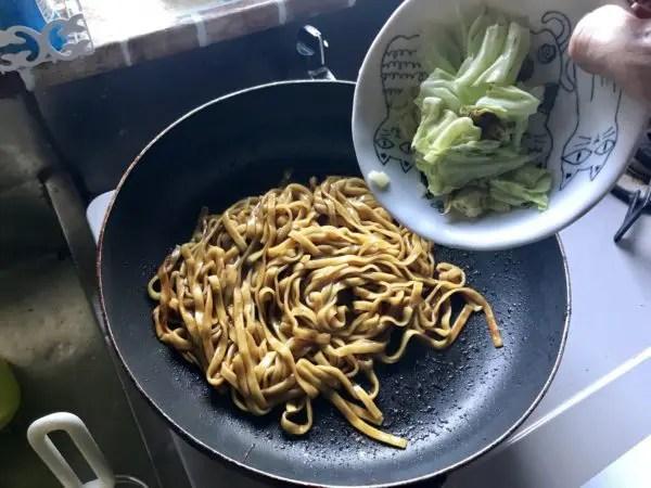宇都宮やきそばに野菜を入れる