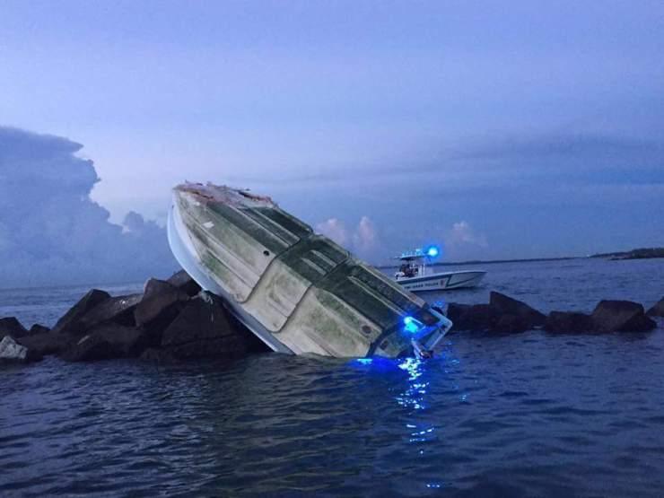 El bote colisionó con un rompeolas. El impacto fue severo como se observa en la foto.