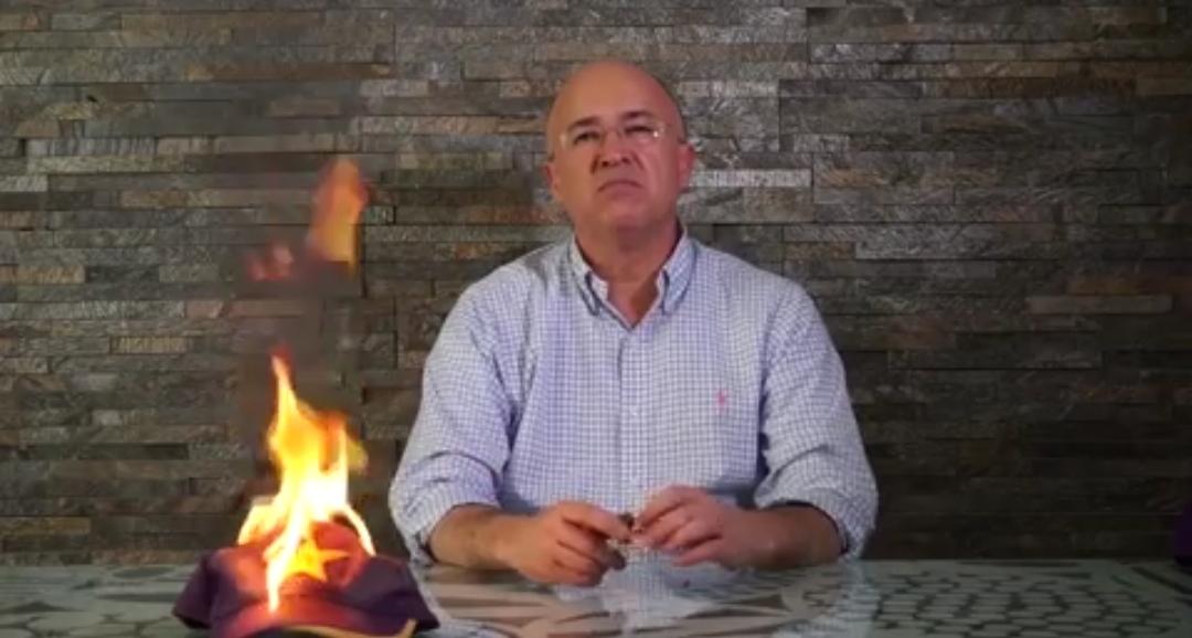 """Domínguez Brito quema gorra del PLD y pide sacar """"todo lo malo"""" del partido"""