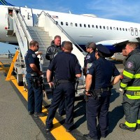 Tratan de emergencia decenas dominicanos viajaban en avión hacia RD