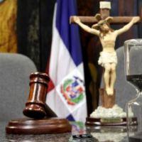 """Juez dice no hay ley castigue """"violación"""" del toque de queda"""