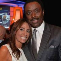 Exjugador de la NFL le lame la cara a su esposa para infectarla de coronavirus