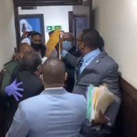 VIDEO: Pedro Botello protagoniza forcejeo al intentar entrar pancarta a la Cámara de Diputados