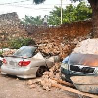 Derrumbe sepulta vehículos en barrio Simonico