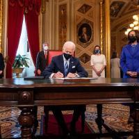 Biden detiene deportaciones de soñadores, el muro y veto a musulmanes