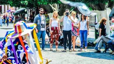 Disfrutan turistas del Centro Histórico de Morelia
