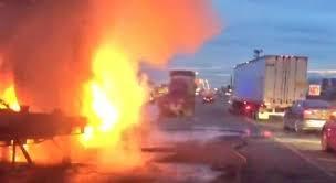 Tras choque, auto y tráiler se incendian