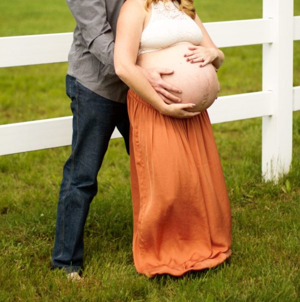 outside maternity pictures