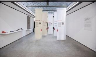 Stoffbahnen, die von Momenten des Aufstands und der Veränderung in der Mode- und Textilindustrie erzählen