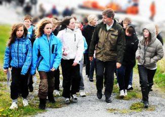 Miljø- og utviklingsminister Erik Solheim deler born og unge i Herøy si uro for kva som kan vere i ferd med å skje med fuglefjellet på Runde. Foto: Knut Werner Alsén