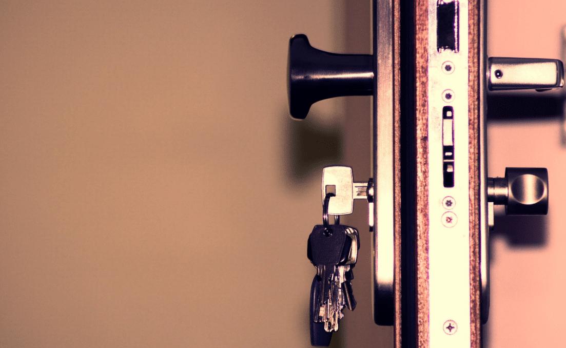 sleutel en kruk bediend